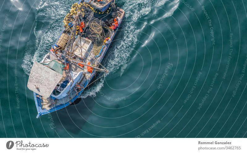 Luftaufnahme des Fischers an den Küsten von Lima, Peru Portwein Fischtrawler navigieren Spedition Himmel maritim Fischereiwirtschaft callao pisco Küstenlinie
