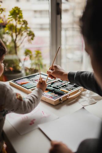 Mutter und Tochter malen Gemälde Fenster Mutterschaft Familie & Verwandtschaft Zusammensein Bildung Freizeit & Hobby Kind Freude Glück Lifestyle Erwachsene