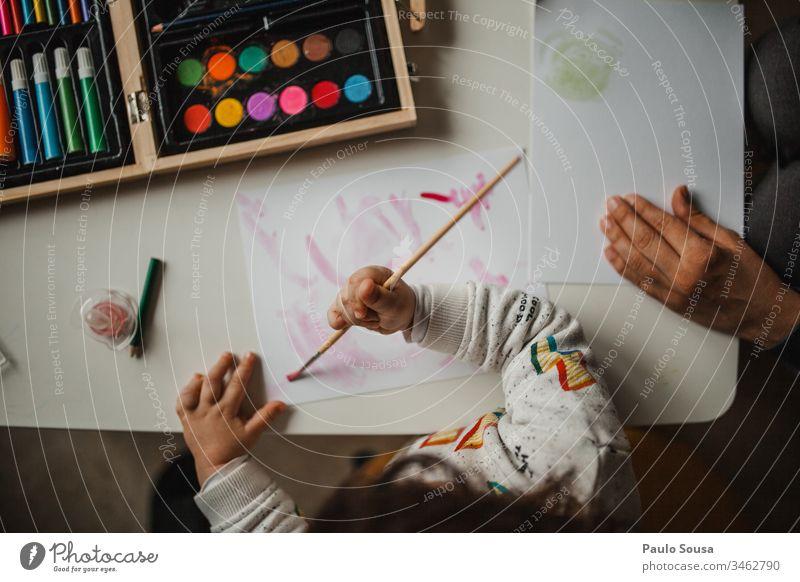 Mutter und Tochter malen mit Aquarellfarbe Mutterschaft Zusammensein Gemälde Freizeit & Hobby zu Hause Kreativität zeichnen Kunst Farbfoto mehrfarbig