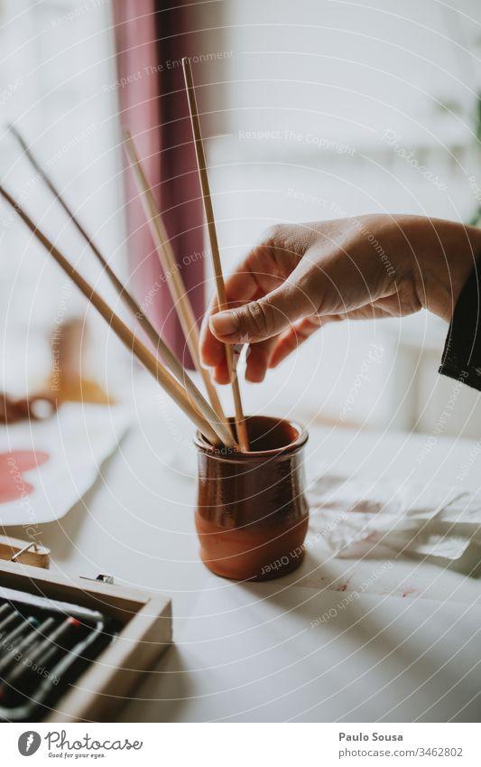 Bleistift für Nahaufnahmen Hand Gemälde Kunst Künstler Freizeit & Hobby Frau zu Hause Opferbereitschaft Konzentration Farbe