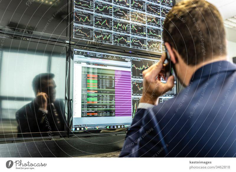 Börsenmakler, die online handeln, sprechen per Mobiltelefon. Händler Makler Markt Business Geschäftsmann Computer Information Investition Daten finanziell Brühe
