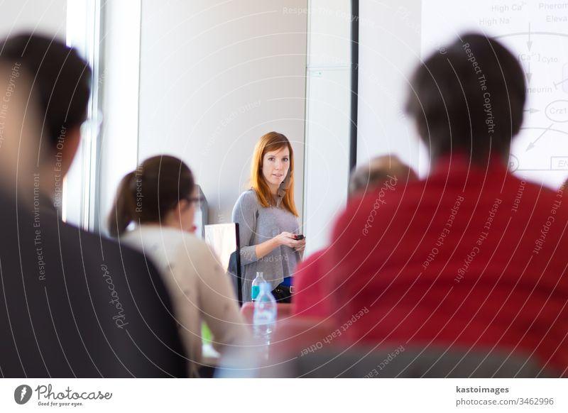 Vorlesung an der Universität. dozieren Redner Frau Seminar Werkstatt reden Business Tagung Veranstaltung Bildung Sitzung Kongress Teilnehmer Menschengruppe