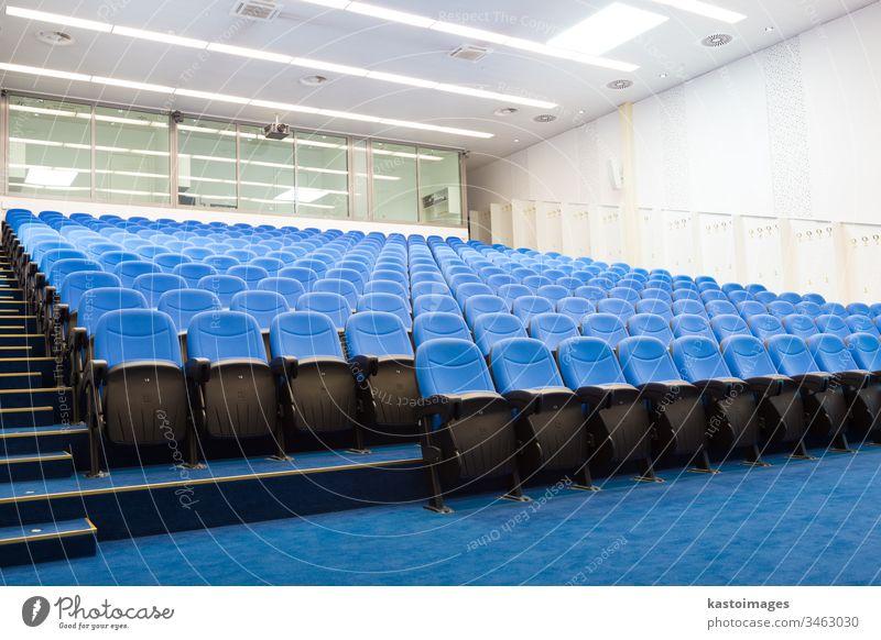 Leerer Konferenzsaal. Hörsaal Architektur Tagung dozieren Business Projektor Aula Klassenraum Präsentation Raum Sitz Reihe niemand Stuhl leer Bildung