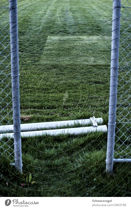 Zugang zu einem Rasenfeld Sportstätte Wege & Pfade Zaun Zaunlücke Pfosten Muster grün Spuren Wiese Gras Sportplatz Fußballfeld Lücke