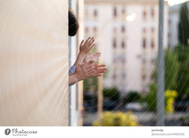Menschen, die zur Unterstützung von Menschen, die gegen das Coronavirus kämpfen, ins Fenster klatschen Klatschen Seuche Virus Balkon Frau Mädchen Gesundheit