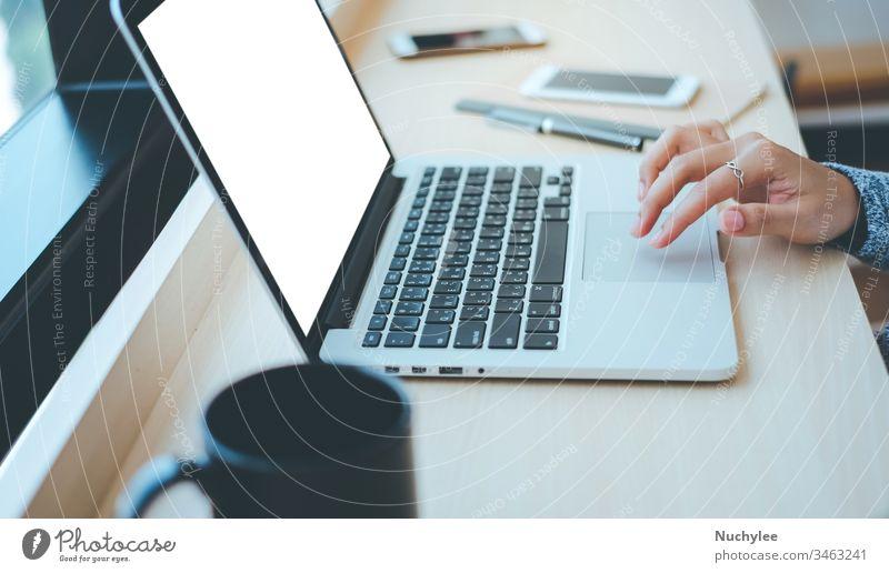 Nahaufnahme der Hände einer jungen Geschäftsfrau beim Tippen auf einem Computer-Laptop mit leerem Bildschirm im Büro oder Cafe, Geschäftskonzept asiatisch