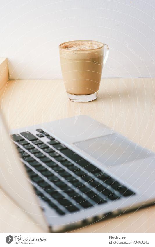 Arbeitsbereich im Café mit Computer-Laptop und Milchkaffee, Lebensstil und Geschäftskonzept Hintergrund Getränk Pause Business Cappuccino Kaffee Mitteilung