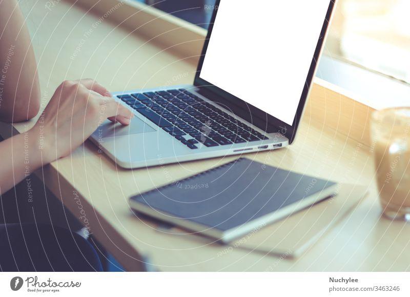 Nahaufnahme einer jungen Geschäftsfrau, die auf einem Laptop mit leerem Bildschirm im Büro oder Café tippt asiatisch Hintergrund Blogger Browsen Business lässig