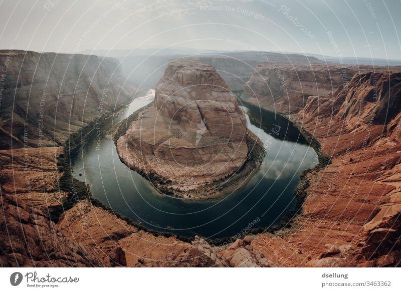 Der Horseshoe Bend in Arizona bei schönem Wetter Schatten Licht orange Wüste Wolken wandern Tourismus Freiheit Glen Canyon Urelemente Erde Dürre entdecken frei
