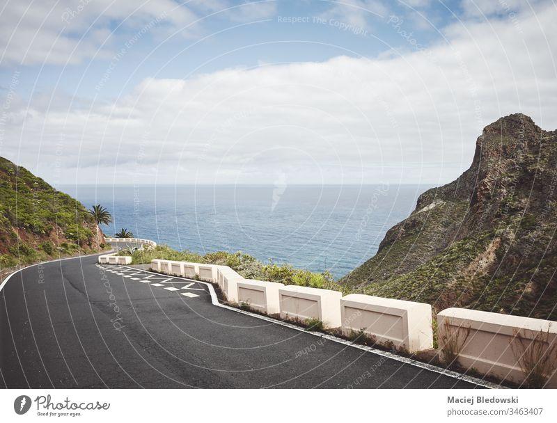 Aussichtsreiche Fahrt über den Ozean im ländlichen Park von Anaga, Teneriffa, Spanien. Straße Ausflug Berge u. Gebirge Meer Laufwerk reisen Landschaft Reise