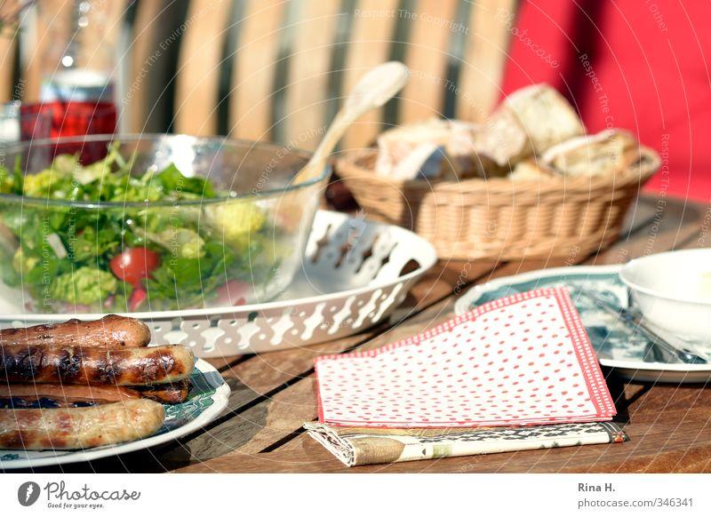 Grillsaison ist eröffnet Wurstwaren Salat Salatbeilage Bratwurst Ernährung Geschirr Teller Wohnung authentisch lecker mehrfarbig grün rot Lebensfreude Holztisch