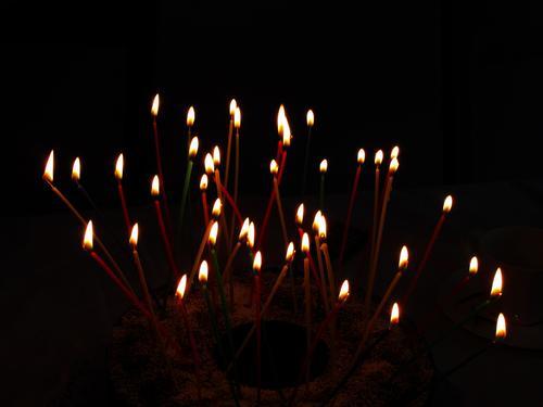 Vierzig chaotische Kerzen auf einem Geburtstagskuchen. Kerzenschein Kerzenlicht Kuchen Farbfoto Feste & Feiern Menschenleer Innenaufnahme Unordentlich