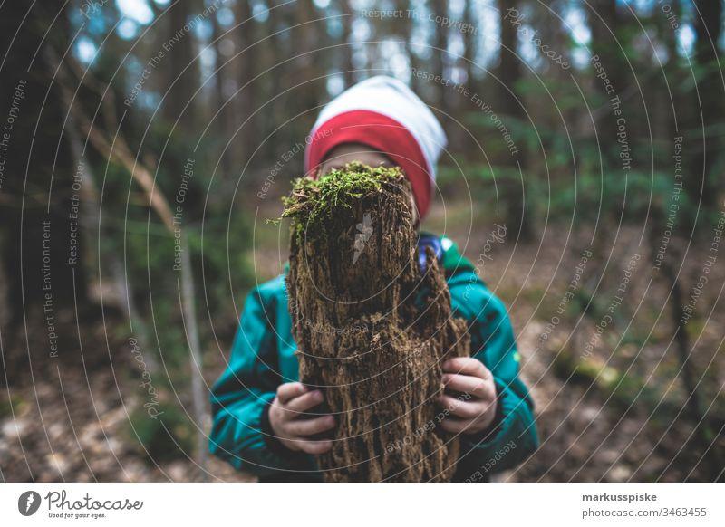 Kind mit Totholz in der Hand grün Grünpflanze Natur Outdoor Blätter haltend Boden Nadelbaum Nadelwald Kiefernzapfen Kiefernwald Wald Waldboden ökologisch