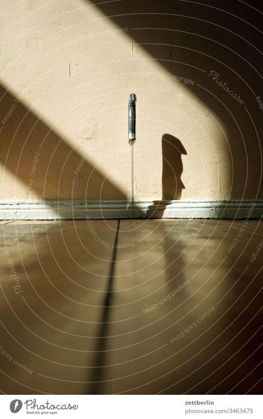 Dolch dolch einstich fußboden holz holzfußboden innen licht menschenleer messer messerwerfer raum schatten stichwaffe tatort textfreiraum wohnen wohnung zimmer