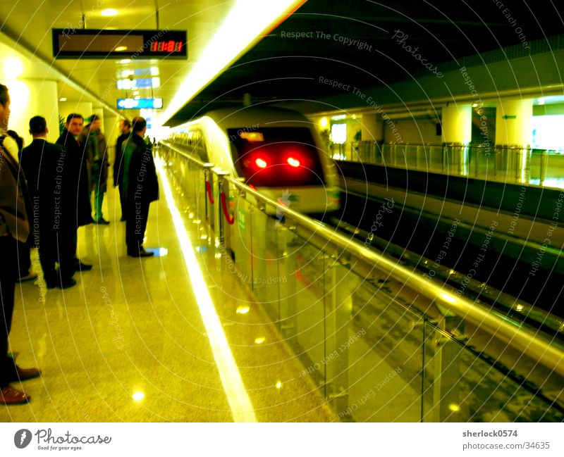 Transrapid Verkehr warten Geschwindigkeit Sauberkeit Geländer Asien China Bahnhof Station Anzeige Passagier Rücklicht Shanghai Schwebebahn Bahnhofsuhr