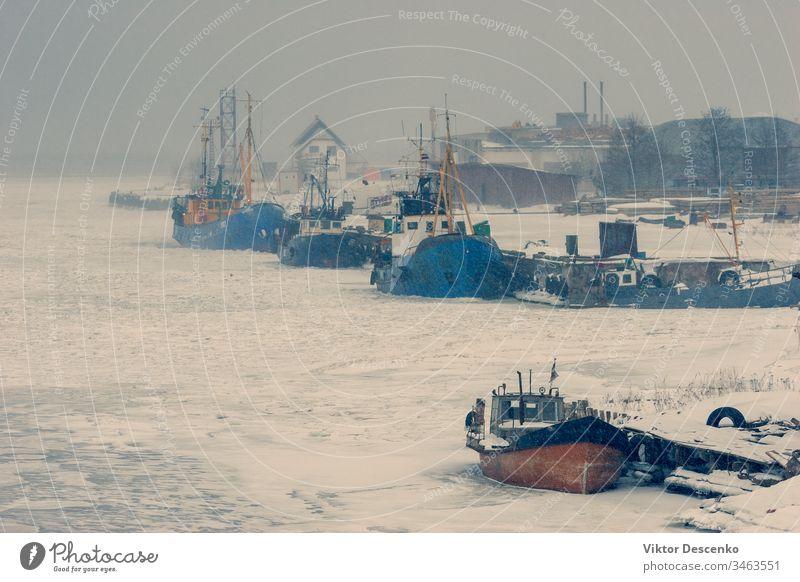 Fischerboote im Eis einer zugefrorenen Bucht baltisch Strand blau Boot Boote Business Ladung Großstadt Küste kalt wirtschaftlich bedeckt Dezember Europa