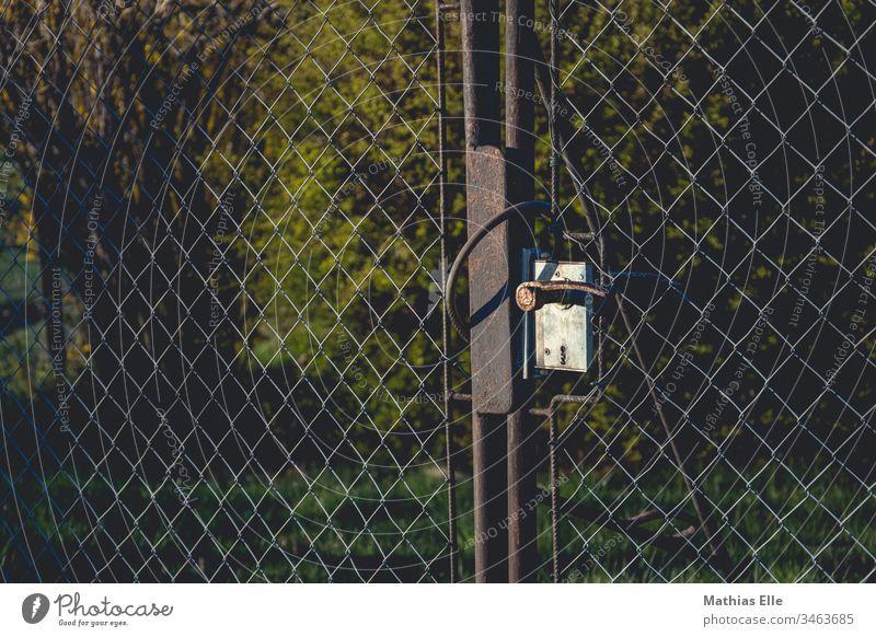 Gartenzaun mit rostigem Türschloss Zaun Schutz Licht verziert Dekoration & Verzierung edel antik rustikal Schmiedeeisen Grundstück Besitz retten reich