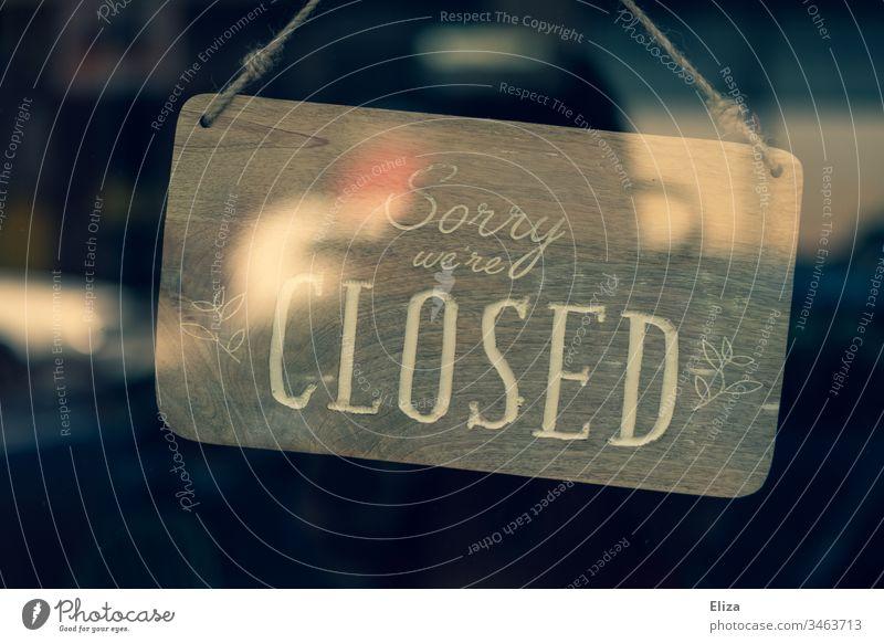 Ein Schild auf dem geschlossen steht, weil das Geschäft wegen der Corona Krise geschlossen hat closed Laden Umsatzeinbußen Covid Covid-19 Einzelhändler