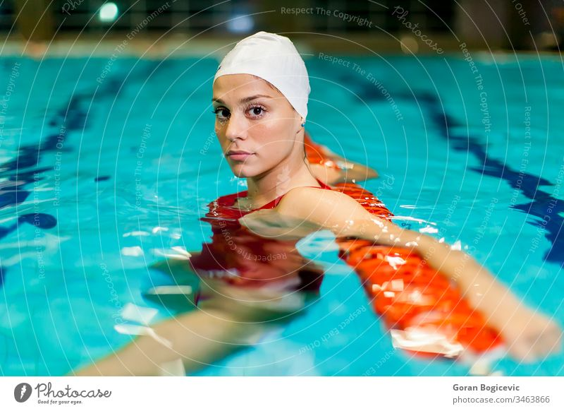 Schwimmendes Mädchen aktiv Aktivität Erwachsener Wesen Pflege Kaukasier Konkurrenz wettbewerbsfähig Konzentration Übung Frau Fitness Gesundheit Gesundheitswesen