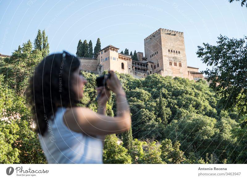 Touristin beim Fotografieren in La Alhambra, Granada, Spanien Frau la alhambra Fotokamera Bilder Tourismus verschwommen Person eine Person Frauen im Freien