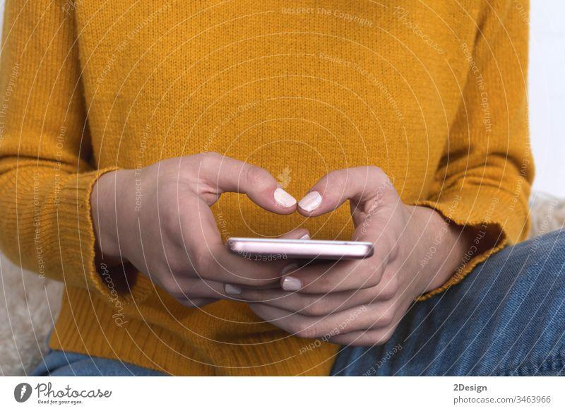 Nahaufnahme einer Frau, die zu Hause mit einem Smartphone simst Technik & Technologie Vorrichtung Gespräch kommunizierend Nachricht Konzept Cyberspace Lernen