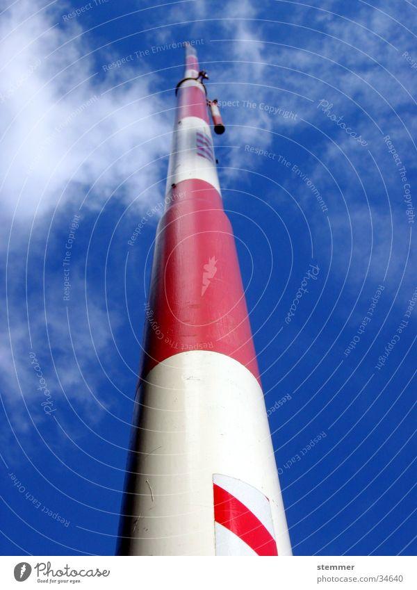Schlagbaum Himmel weiß blau rot Wolken Graffiti Architektur Schranke