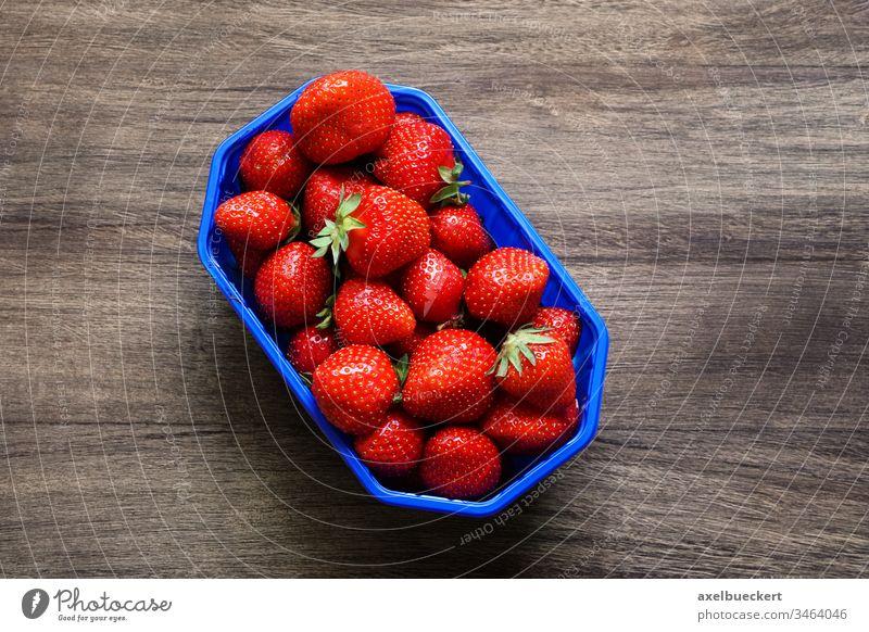 Draufsicht Schale Erdbeeren auf Holztisch erdbeeren Frucht Lebensmittel Garten-Erdbeere Vitamin C Korb rot reif frisch Lifestyle lecker Sommer süß organisch