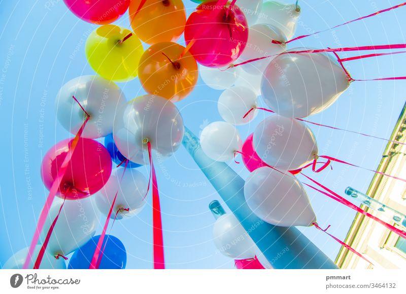 bunte Luftballons fliegen am blauen Himmel Ballons Kinder Glück rot gelb grün orange purpur Party spielen Klettern Spermien Zelle Air Heliumgas Feiertag