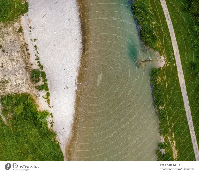Draufsicht auf einen Fluss mit Sand am Ufer und grüner Vegetation. Dröhnen Wasser weiß rein Natur Landschaft schön übersichtlich Meereslandschaft Hubschrauber