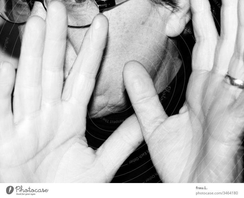 """""""Huste mich nicht an"""", ruft die bebrillte Lady und hebt abwehrend die Hände. Frau Brille Erwachsene 1 Innenaufnahme Gegenwehr Kopf gereizt Wut Ärger"""