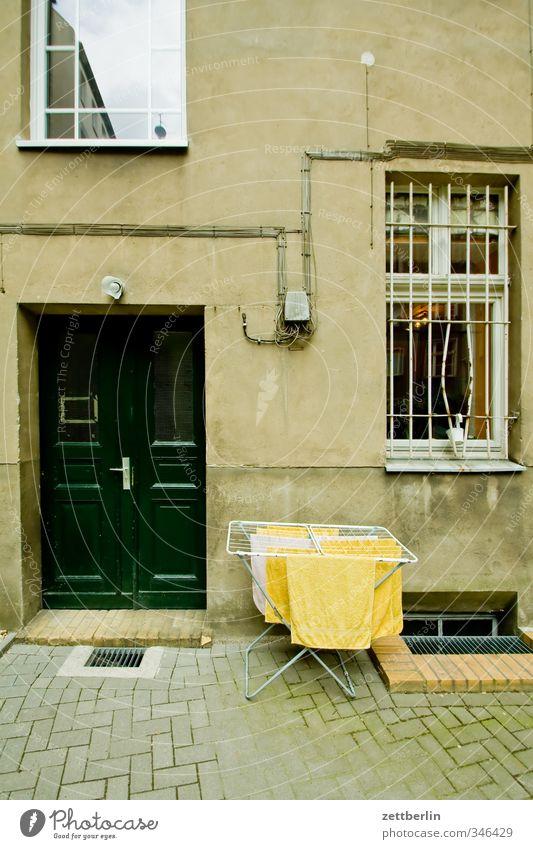 Wäsche schön Haus Fenster Wand Mauer Stil Arbeit & Erwerbstätigkeit Fassade Wohnung Tür Häusliches Leben Wäsche waschen Stadtzentrum Friseur Gitter