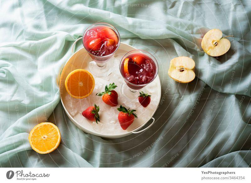 Sangria-Glas auf einem Tablett mit frischen Früchten. Rotwein-Spanischer Cocktail alkoholisches Getränk Äpfel Erfrischungsgetränk farbenfroh lecker