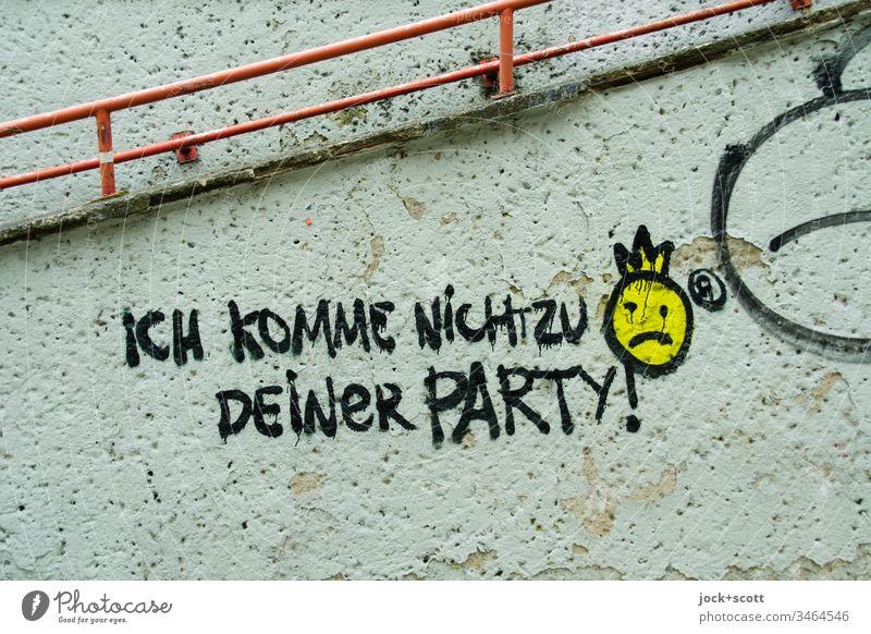 Ich komme nicht zu deiner Party! Subkultur Straßenkunst Wand Graffiti Wort trashig Zahn der Zeit Detailaufnahme Gedeckte Farben abstrakt Stimmung Kreativität