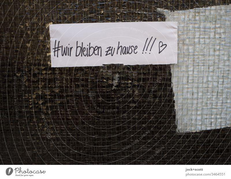 #wir bleiben zu Hause!!! Low Key Zettel Hashtag Ausrufezeichen Handschrift Herz (Symbol) angeklebt Epidemie Pandemie COVID-19 Corona quarantäne Gesundheit