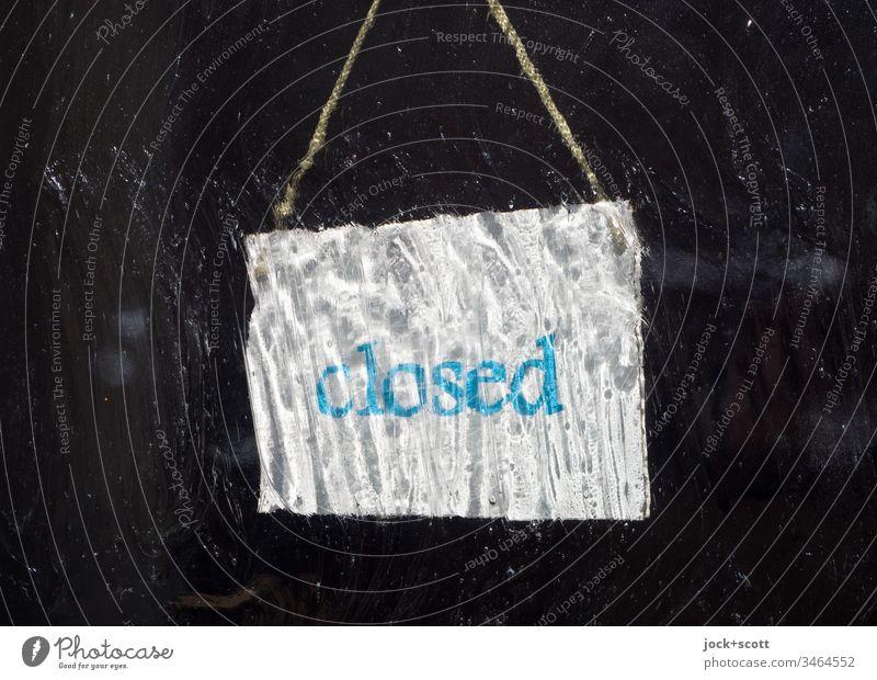 Geschlossen, sonst nur Dunkelheit Oberflächenstruktur Zettel Low Key dunkel undeutlich Typographie Hinweisschild Information Eingangstür Ladengeschäft