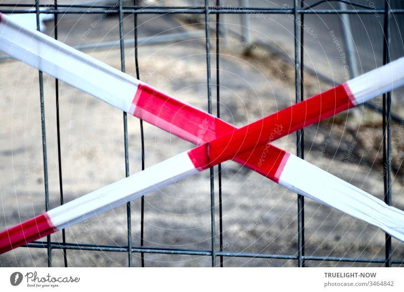 Kein X für ein U sondern eine Warnung aus rot-weissem Flatterband, das auf ein Gitter aus dünnem Drahtgeflecht hinweist und sagt: Halt! Hier geht es wegen einer Baustelle nicht weiter.