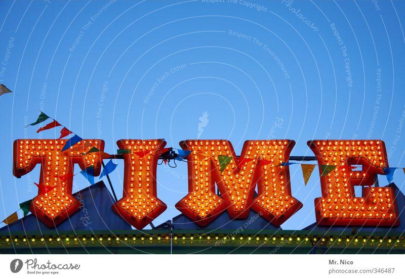 Zeitumstellung   . rot gelb Beleuchtung Glück Zeit Feste & Feiern orange Schilder & Markierungen Schönes Wetter Schriftzeichen Buchstaben Symbole & Metaphern Fahne Wolkenloser Himmel Werbung Jahrmarkt