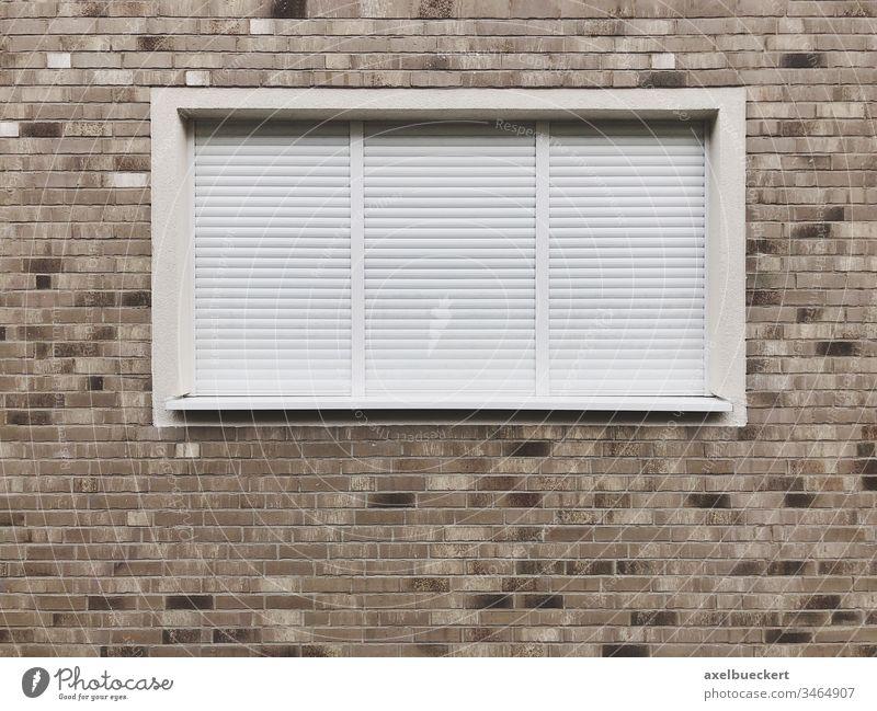 geschlossenes Fenster mit Rollläden Wand Rollo Jalousie Architektur Hintergrund Haus Außenseite Fassade niemand modern Schutz Sicherheit Gebäude Textfreiraum