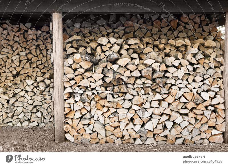 gestapeltes Brennholz im Holzschuppen Holzstapel Stapel natürlich Nutzholz Material Hintergrund Baum Haufen Energie Wald Industrie im Freien Brennstoff Umwelt