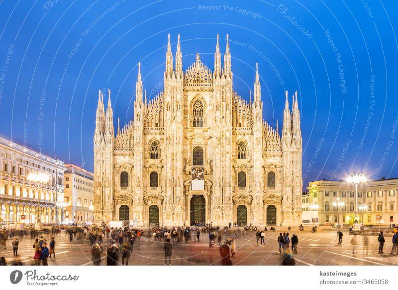 Der Mailänder Dom (Duomo di Milano) ist die gotische Kathedrale von Mailand, Italien. In der Dämmerung vom Platz voller Menschen erschossen. Religion Kirche