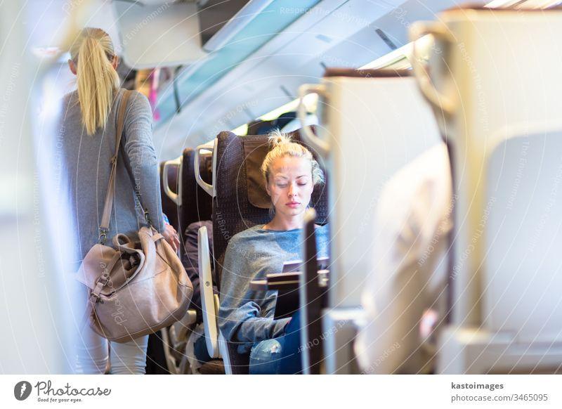 Dame reist mit dem Zug. Eisenbahn Reisender Öffentlich Verkehr Frau Schiene Passagier Anschluss Großstadt Ausflugsziel Mädchen Berufsverkehr Tourismus Lifestyle
