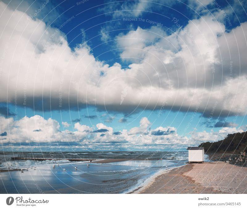 Das weiße Haus Strand Ostsee Polen Küste maritim Himmel Wolken Urelemente Luft Wasser Wellen Weite Sand Sandstrand Idylle blau Hütte klein Kabine einsam