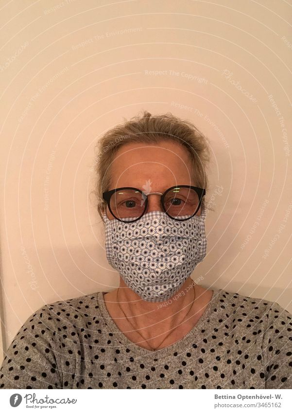 Frau mit Selbstgenähter Schutzmaske Corona Pandemie Quarantäne Prävention Infektion