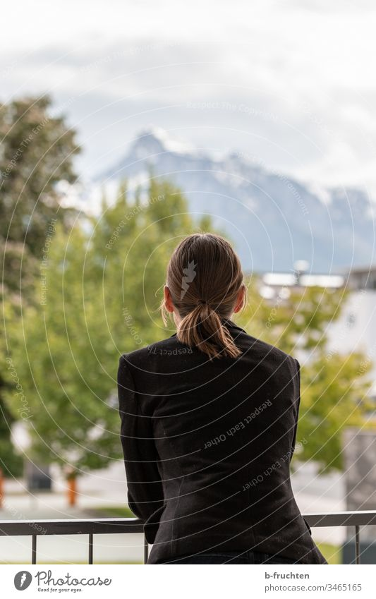 Frau auf Terrasse mit Blick zu den Bergen Geländer Balkon Terasse Business Himmel Erholung Landschaft erholen Sakko Anzug Student Haare Blick nach vorn Ausblick