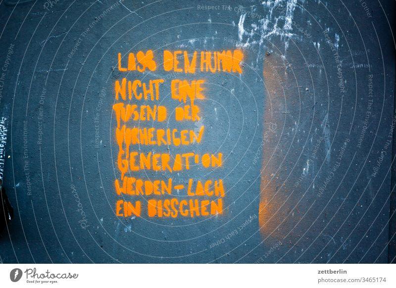 Humor außen menschenleer textfreiraum botschaft grafitti aussage kalenderspruch humor witz generation sinnspruch lachen aufforderung tugend wand mauer fläche