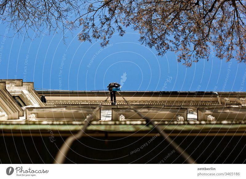 Fassadenkletterer altbau außen fassade fenster haus himmel himmelblau innenhof innenstadt mauer mehrfamilienhaus menschenleer mietshaus textfreiraum wand wetter
