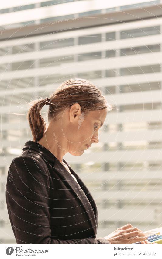 Frau am Fenster mit Schreibunterlagen Office Büro Anzug Farbfoto Arbeit & Erwerbstätigkeit Business Arbeitsplatz Beruf Erwachsene Büroarbeit Karriere