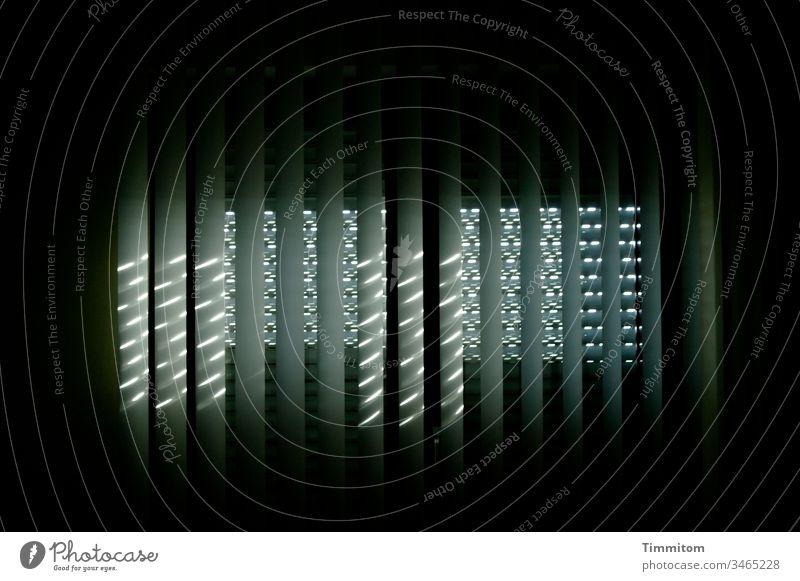 Licht durch Lamellenvorhang und Rolladen Lichteinfall Fenster Muster dunkelheit Hitze Linien Lichteffekt Tag Innenaufnahme Jalousie Sonnenlicht