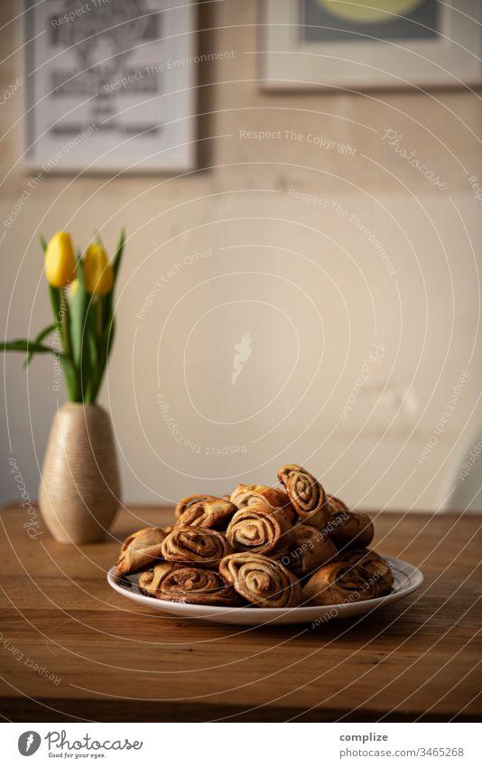 Korvapuusti - finnische Zimtschnecken auf einem Teller Gebäck Backblech lecker backen backoffen Blech Zucker Bäcker zuhause Backpapier Finnisch Tradition