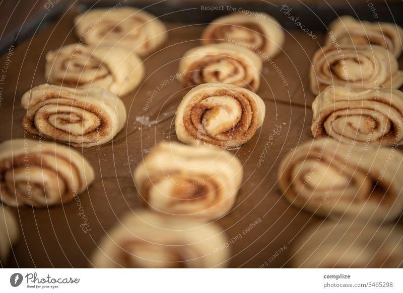 Korvapuusti - finnische Zimtschnecken Gebäck Backblech lecker backen backoffen Blech Zucker Bäcker zuhause Backpapier Finnisch Tradition Kardamom